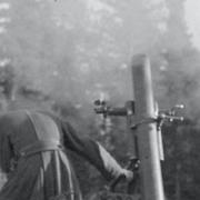 Raskas kranaatinheitin tulittaa saksalaisten asemia Tornion-Kemin maantien suunnassa (Ammuntaa seuraamassa oli ulkomaalaisten lehtimiesten retkikunta.) Tornion taistelualue 1944.10.03